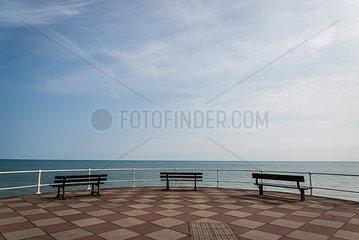 Drei Sitzbaenke direkt am Meer