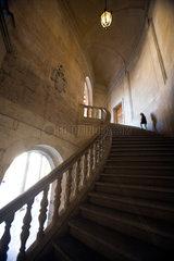 Granada  Spanien  Maedchen auf der Treppe des Palastes von Koenig Karl V.