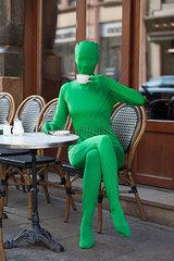 Im Morphsuit einen Kaffee geniessen
