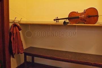 Hamburg  Deutschland  eine abgelegte Violine in der Garderobe der Laeiszhalle