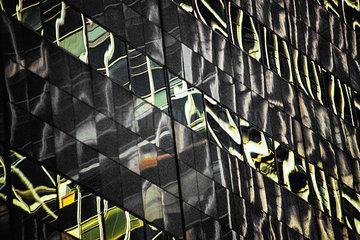 Reflexionen in der Fassade eines Buerohauses