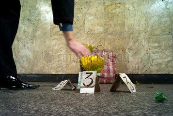 Posen  Polen  Mann nimmt sich einen Strauss Blumen von einem spaerlichen Verkaufsstand