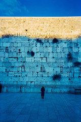 Menschen beten an der Klagemauer
