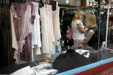 Berlin  Deutschland  Frauen auf der Wedding Dress 4