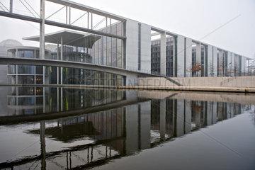 Berlin  Deutschland  das Paul-Loebe-Haus im Herbstnebel