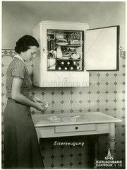 Hausfrau  Kuehlschrank  eigene Eisherstellung  1937