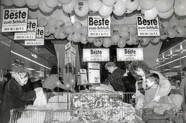 Winterschlussverkauf bei Hertie  Berlin-Friedrichshain  1991