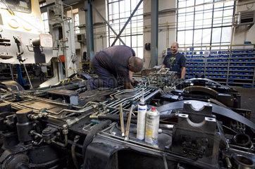 Fahrzeugschlosser bei der Montage