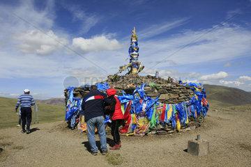 Mongolen bringen Opfergaben bei ein Obo im Altai Tavan Bogd Nationalpark.