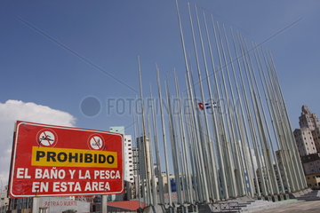 Verbotschild und Fahnenmaste in Havanna