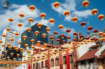 Singapur  Republik Singapur  Bunte Strassenszene mit Lampions in Chinatown