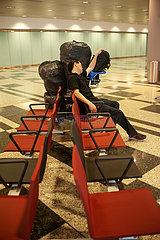 Singapur  Republik Singapur  Passagier schlaeft am Flughafen Changi