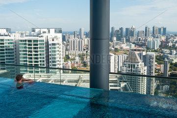 Singapur  Republik Singapur  Hotelpool mit Aussicht