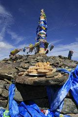 Opfergaben an eine Obo in der Mongolei