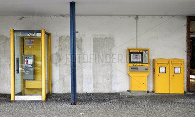 Alte Telefonzelle  Briefkaesten und Briefmarkenautomat