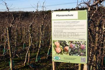 Schild zu Pflanzenschutzmitteleinsatz an einer Apfelplantage