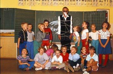 Schulklasse fesselt und knebelt Lehrer