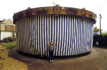 Kind schaut in Zelt