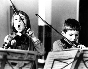 2 Kinder spielen Geige