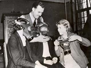 Mann und drei Frauen legen bei bester Laune Gasmasken an