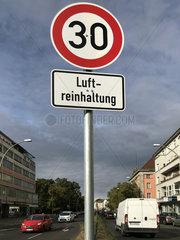 Berlin  Deutschland  Schild Tempolimit 30 zur Luftreinhaltung am Tempelhofer Damm
