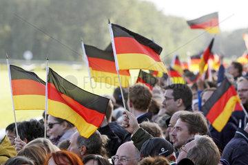 Hoppegarten  Deutschland  Menschen schwenken Nationalfahnen am Tag der Deutschen Einheit