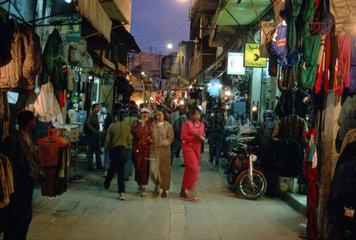 Einkaufsstrasse bei Nacht