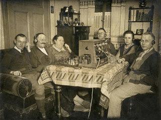 Familie hoert Radio  Anfaenge des deutschen Rundfunks  1926