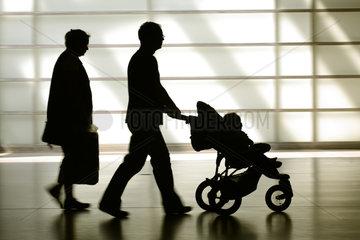 Berlin  Silhouette einer Kleinfamilie