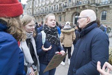 Peter Tschentscher  Erster Buergermeister Hamburg  am Rande der Schueler-Demo Fridays for Future