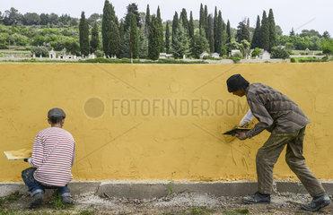 craftmen plastering wall