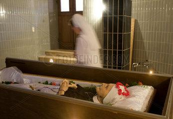 Heitersheim  Deutschland  eine verstorbene Mitschwester wird fuer die Beerdigung vorbereitet