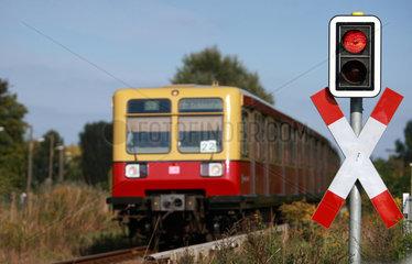 Berlin  Deutschland  Andreaskreuz mit Warnampel und Schranke an Bahnuebergang