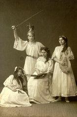 Theatergruppe  vier Frauen  um 1913