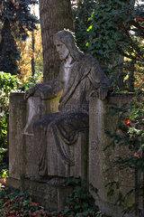 Berlin  Deutschland  Jesusfigur auf einem Grab auf dem Friedhof Grunewald