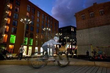 Tallinn  Estland  Jugendliche BMX-Fahrer im Rotermann Quartier am Abend