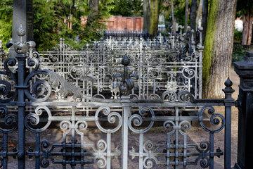 Berlin  Deutschland  schmiedeeiserne Grabeinfassungen auf dem Friedhof der Dreifaltigkeitsgemeinde