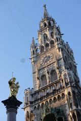 Muenchen  Deutschland  das neue Rathaus und die Mariensaeule am Marienplatz