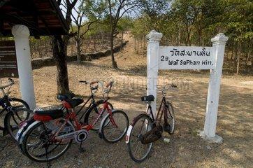 Fahrraeder beim Beginn des Weges zum Wat Saphan Hin / Sukhothai Historical