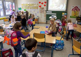Solingen  Deutschland  Schulschluss in der Grundschule