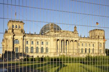 Berlin  Deutschland  Reichstag hinter abgesperrtem Platz der Republik