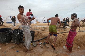 Ben Gardane  Tunesien  Bangladescher beim Waschen im Fluechtlingslager Shousha