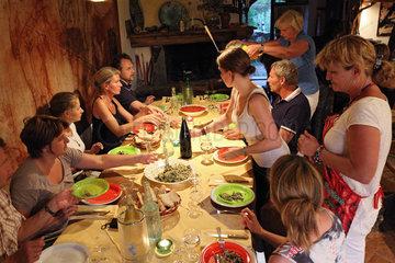 Torre Alfina  Italien  Freunde essen gemeinsam zu Abend