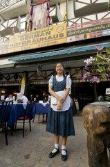 Thailaendische Bedienung im Dirndl vor dem German Hofbraeuhaus / Chiang Mai