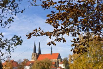 Duderstadt  Deutschland  Herbststimmung in einem Park  Im Hintergrund die St. Cyriakuskirche