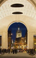 Ypern  Belgien  Blick durch das Menenpoort auf die Tuchhallen