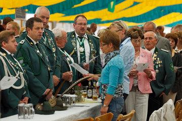 Holdorf  Deutschland  D. McAllister (CDU)  Schuetzenfest  Schuetzen beim Absingen eines Liedes im Festzelt