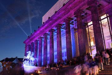 Berlin  Deutschland  das beleuchtete Alte Museum mit dem Standbild -Loewenkaempfer-
