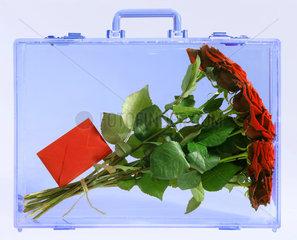 Symbolfoto Rosenstrauss  Geschenk  Koffer