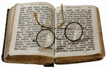 uraltes Buch von 1845  Brille  lesen
